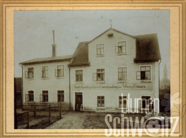 """Im Bild zu sehen: Johann Georg Schwarz unser Firmengründer. Damals lief die Gärtnerei als Kunsthandelsgärtnerei Samenhandlung. Im Hintergrund die katholische Kirche Schwabach. Heute steht hier """"Wohnen am Wehr""""."""