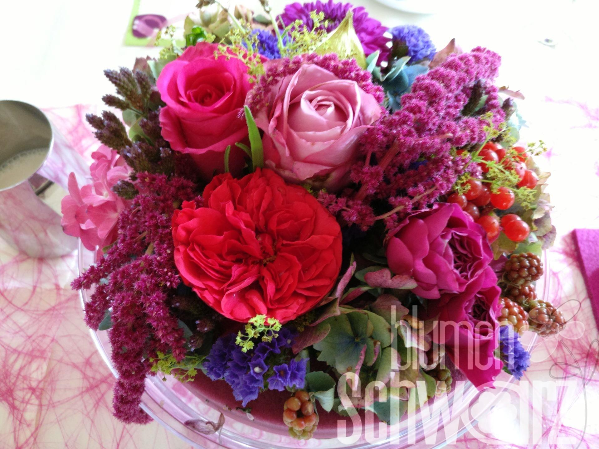 Blumentorte auf Glasplatte mit Amaranthus, Rosen, Beeren, Statice - Hochzeitsfloristik