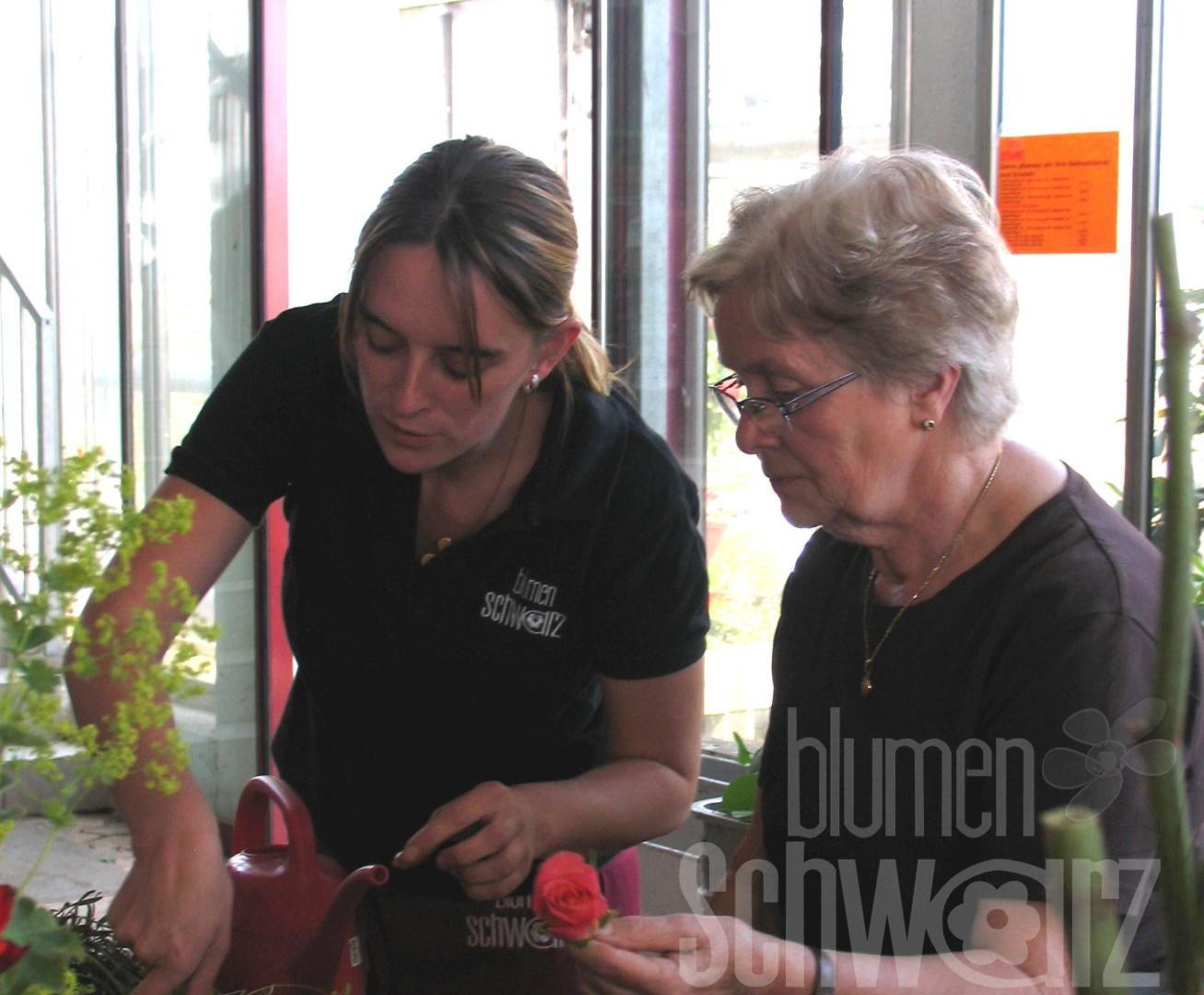 Floristikkurs: Rosen die Königin der Schnittblumen mit unserer Floristin Carmen Maueröder. Gefäßfüllung und ....Wie man sieht waren alle Teilnehmer mit Begeisterung dabei.